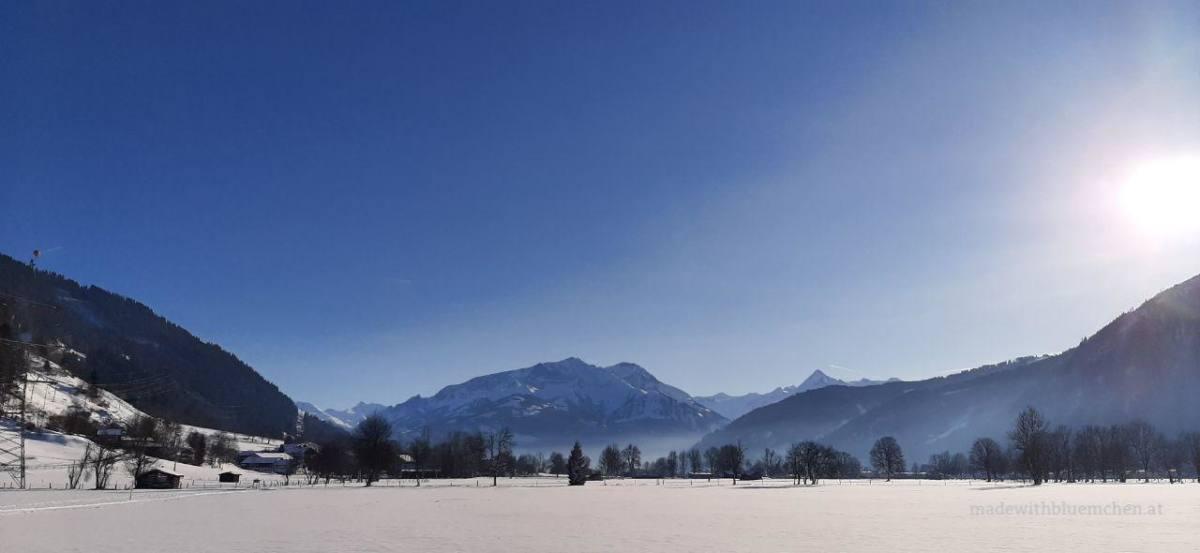 Verschneite Berge im Sonnenschein